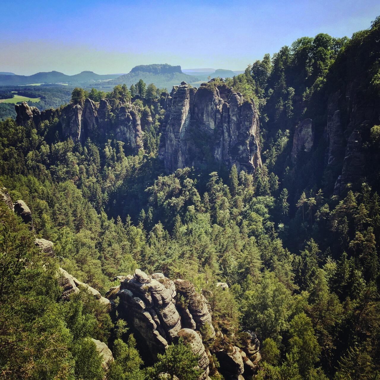 Die Felsen der Bastei sind zu jeder Jahreszeit ein wundervoller Anblick. Genau wie der Lilienstein dahinter.