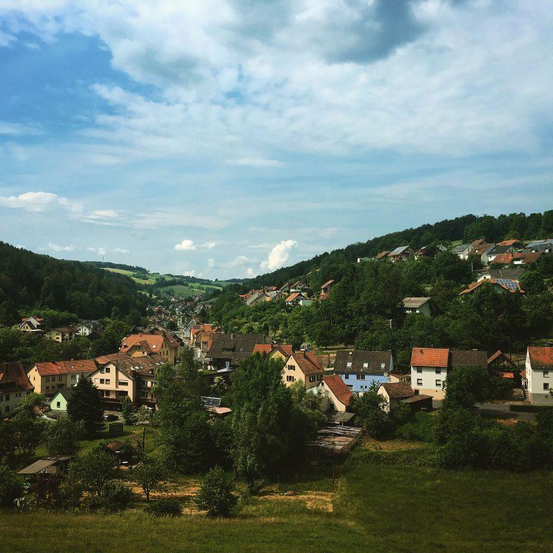 Von der Gruftkapelle verweilen wir mit Blick auf den Ort Mespelbrunn.