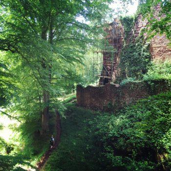 Der hintere Zugang zur Burgruine Wildenstein ist steil und schmal.