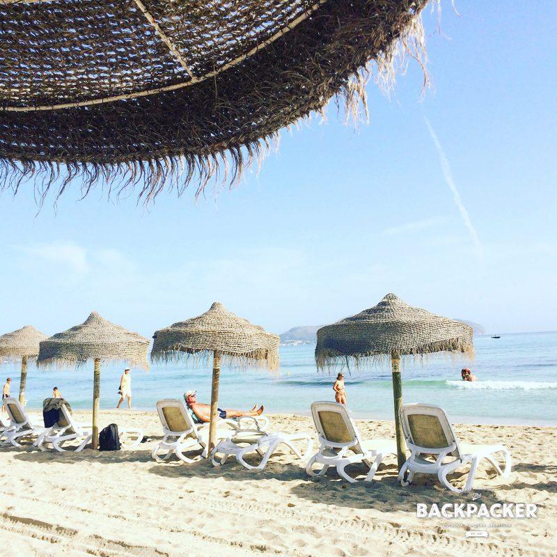 Strand in der langgezogenen Bucht von Alcudia