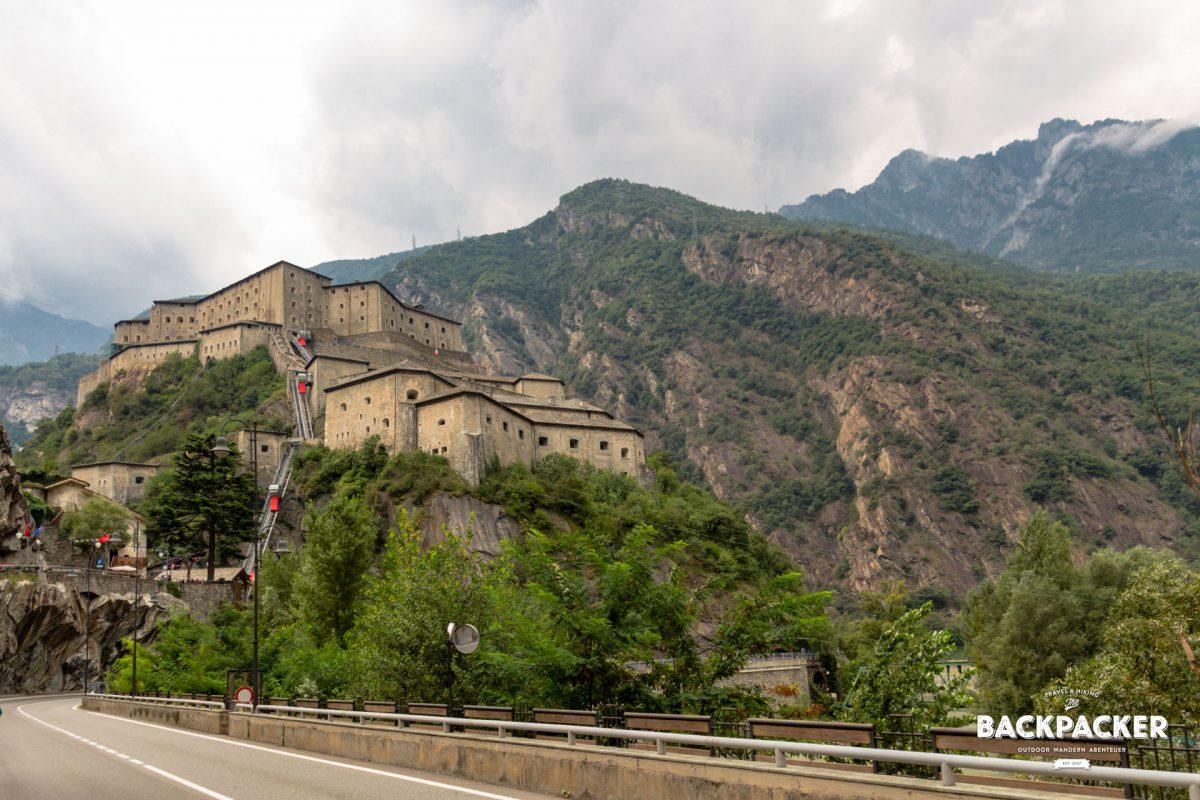 Hoch über dem Dorf thront auf einem Hügel die gewaltige Festung