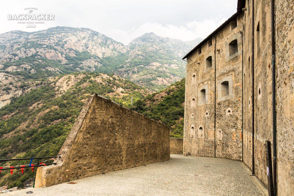 Serpentinenartig windet sich der Weg vom Aostatal auf die Festung