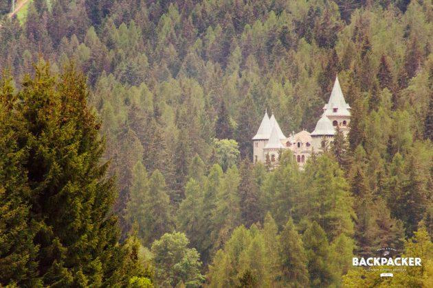 Das Schloss Belvedere, Hauptsitz des Königshaus Savoyen, liegt hinter Bäumen zwischen den Bergen versteckt. Dennoch ist es möglich, dieses zu besichtigen.