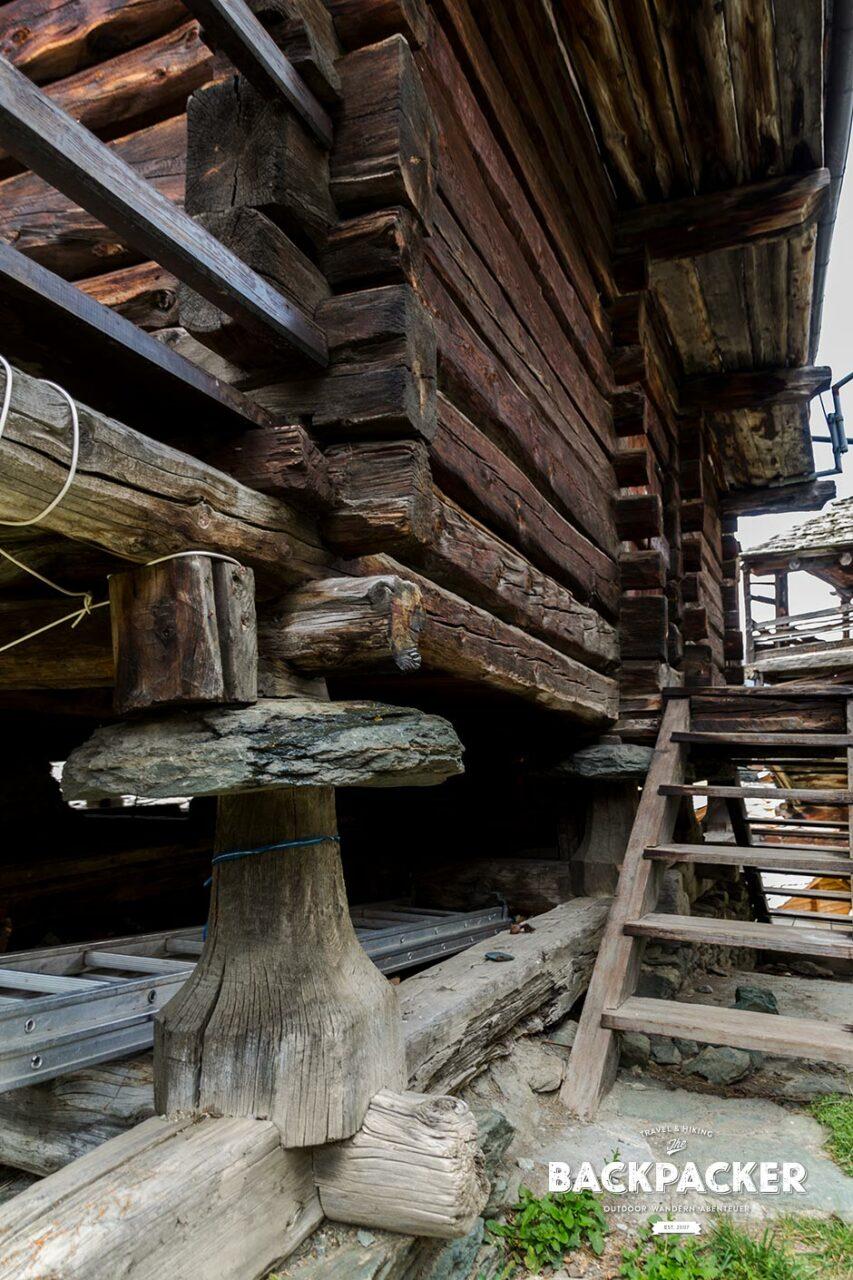Zum Schutz vor Ratten und Mäusen wurden alle Häuser auf diesen Holz-Pilzen gebaut.