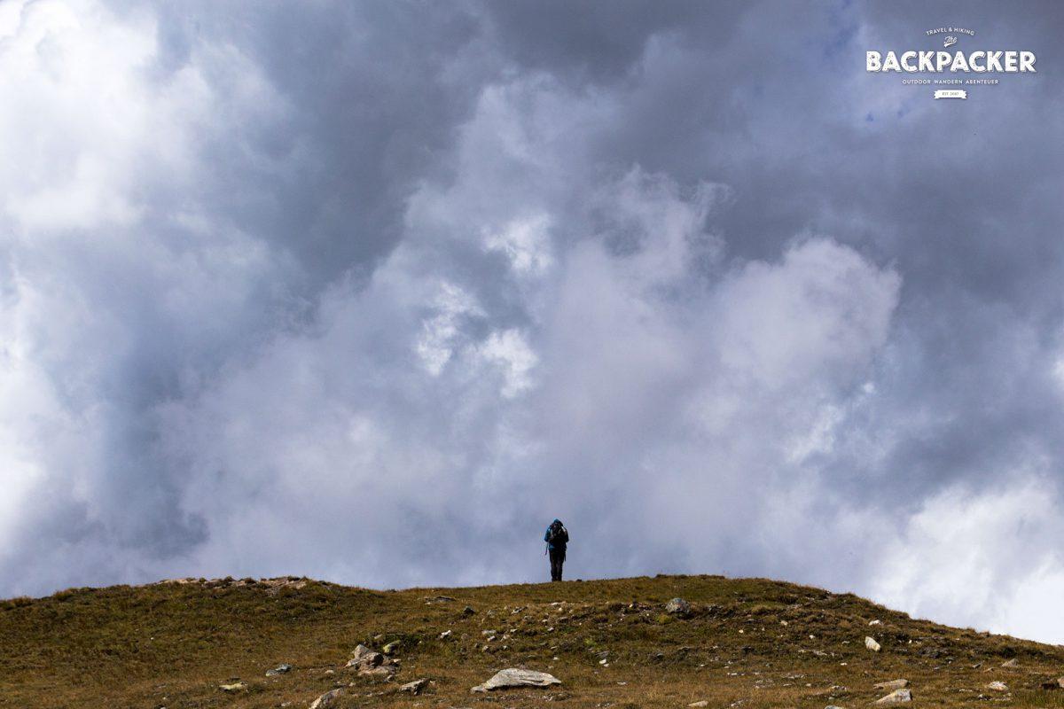 Zuweilen schaffen es ein paar Wolken über die Berghänge