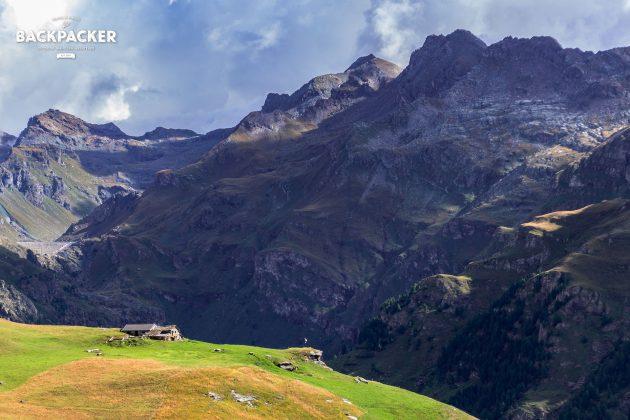 Vom Refugio Alpenzu geht es an den Hängen steil hinauf. Immer wieder erhasche ich einen Blick auf verlassene Walserhütten.