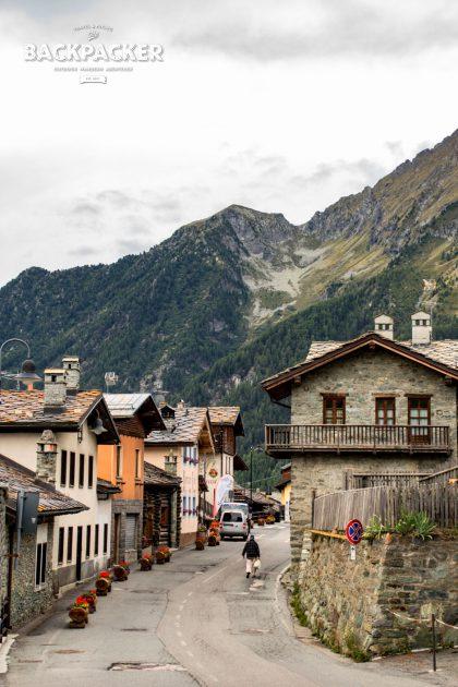 Antagnod, von den hohen Bergen des Ayastals umgeben, ist Heimat des Holschuhmachers Michel (Le Sabots d'Ayas).