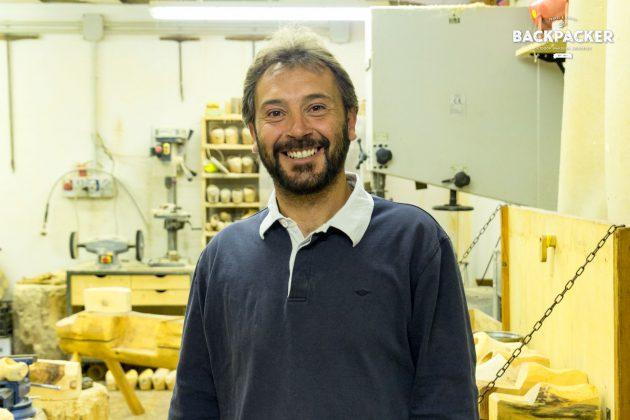 Michel Becquet, Inhaber des Les Sabots d'Ayas, freut sich über jeden Besucher seiner kleinen Werkstatt.