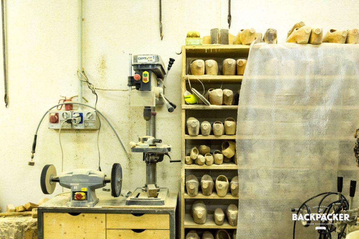 """Holzschuhe (Sabots) in jeglicher Größe findet man im """"Les Sabots d'Ayas"""", der Werkstatt für die berühmten Fussschmeichler."""