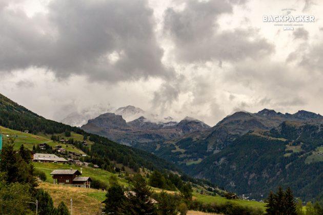 Während es in den höheren Lagen bereits geschneit hat kündigt sich der Winter auch in den Tälern mit grauen Wolken an.