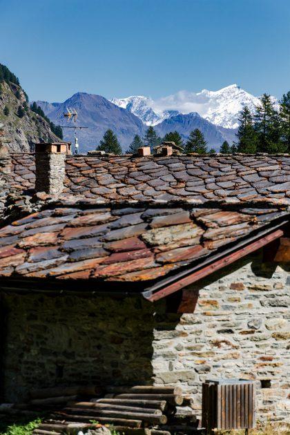 Über die Dächer des verschlafenen Örtchens erblicke ich den Gipfel des Monte Emilius, des Hausbergs der Stadt Aosta.