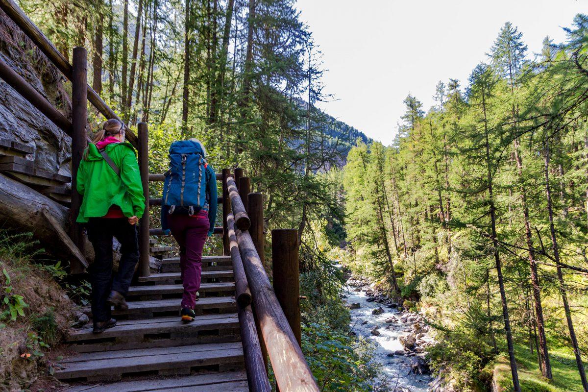 Immer entlang der Doire de Rhême verläuft der Wanderweg bergauf und ab.