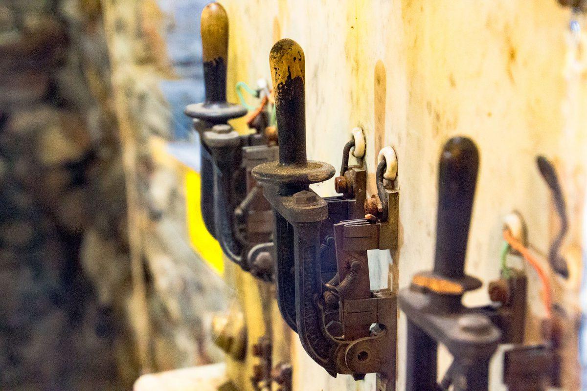 Leg den Schalter um und Du bekommst die Kraft zu spüren – zumindest die der Park-Ranger. Denn hier gilt Anfassen verboten. Zu empfindlich, zu alt sind die Instrumente.