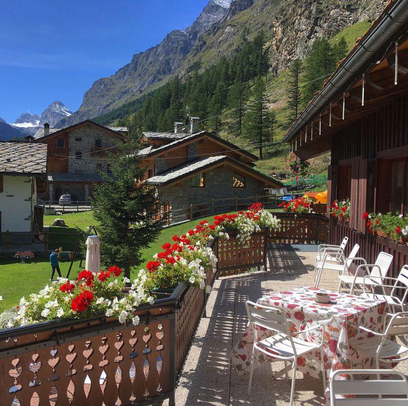 Die Terrasse des Hotel Granta Parey scheint zwar nur spärlich möbliert zu sein, dafür versteht der Koch aber definitiv was von seinem Handwerk. Selten so gut gespeist in Italien.