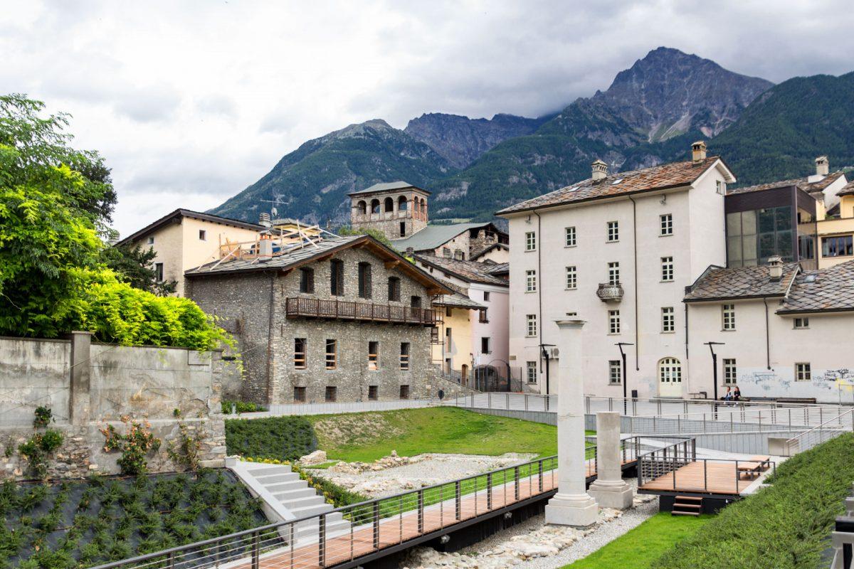 Wer durch das Tourismusbüro Aostas hindurchgeht gelangt in den römischen Garten.