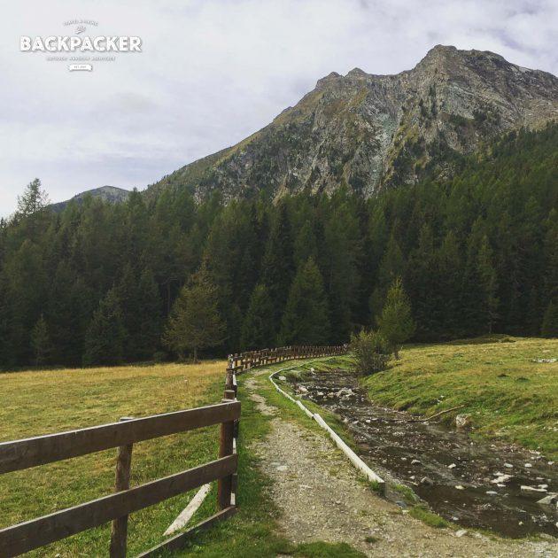 Mal mit Stein oder wie hier mit Holzbalken befestigt windet sich der Wasserweg seit nunmehr über 500 Jahren an den Bergen entlang.