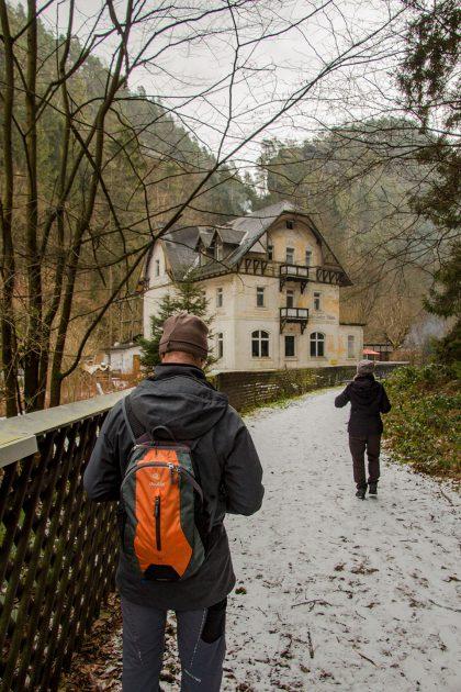 Vorne hui - hinten pfui. Offenbar liegt noch viel Arbeit vor dem Eigentümer der Waltersdorfer Mühle.