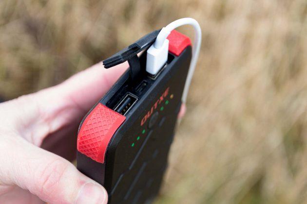 Anschlussmöglichkeiten: zeitgleich zum Laden von zwei Smartphones (oder Tablets) plus miniUSB-Buchse fürs Wiederaufladen.