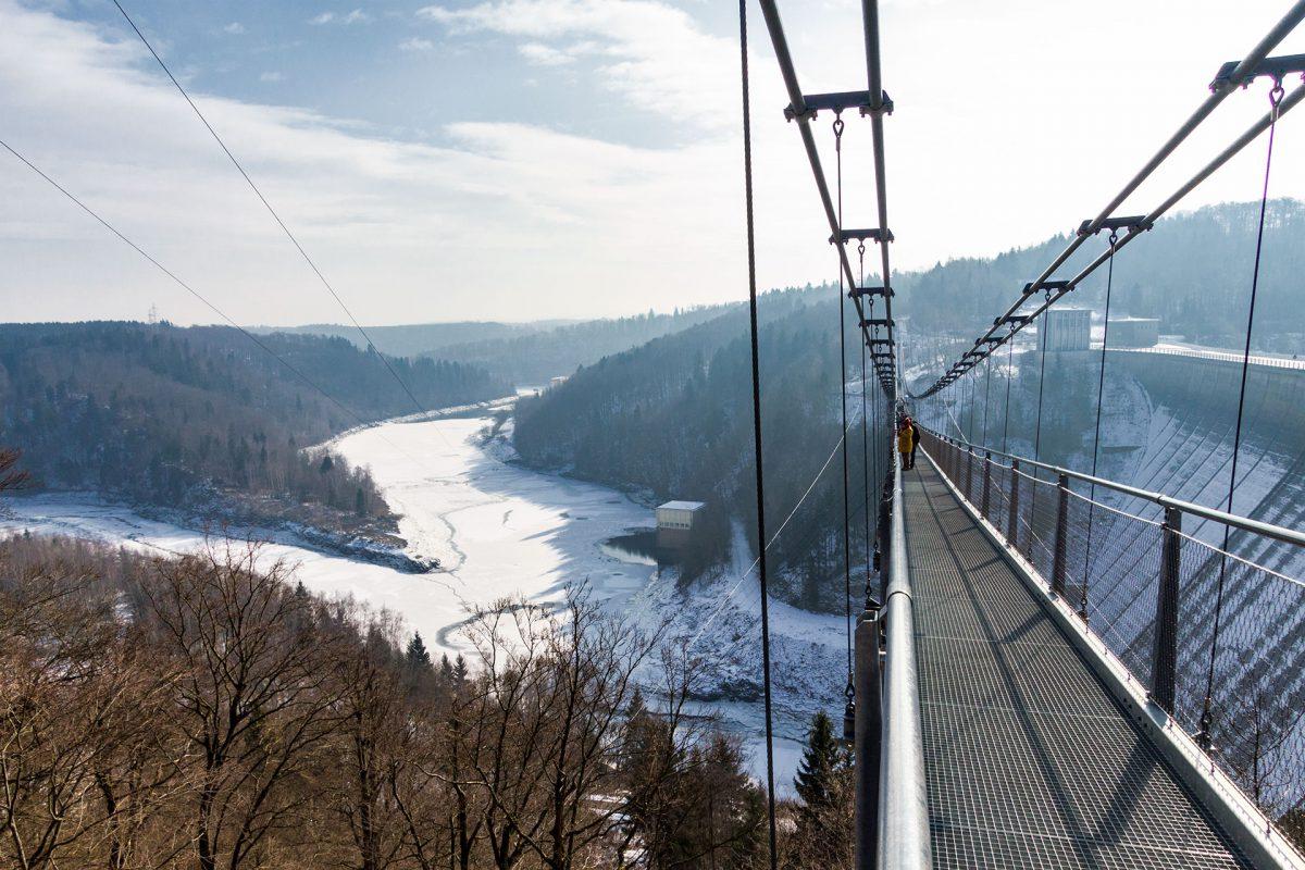 Oberhalb die Rappbodetalsperre, unterhalb die Talsperre Wendefurth. Dazwischen baumelt die Hängebrücke von Harzdrenalin