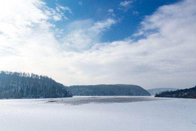 Dumpf und laut knackt das schmelzende Eis über das Tal. Schon sind einige Stellen aufgebrochen.
