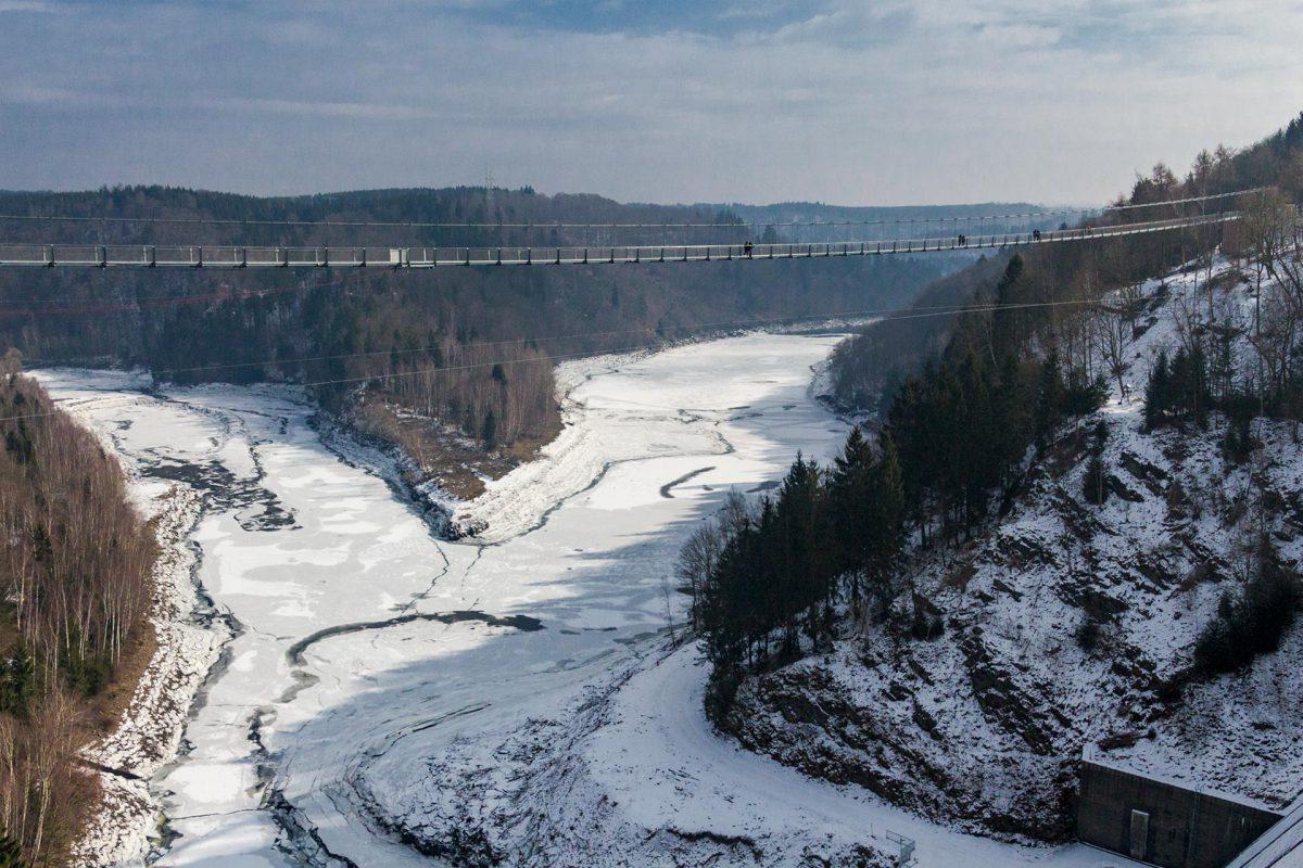 Auch unterhalb der Hängebrücke Harzdrenalin birst das Eis unter tosendem Knacken auseinander.