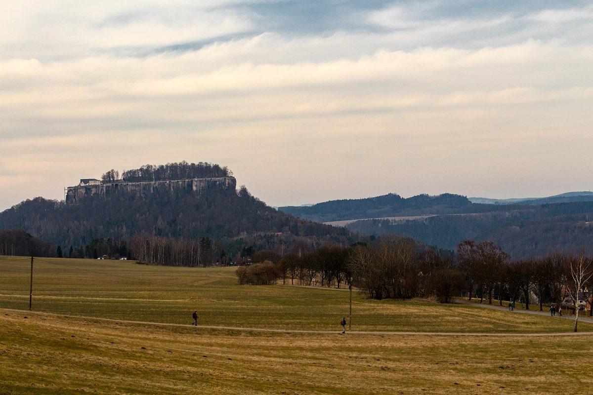 Blick vom Fuße des Pfaffenstein hinüber zum Königstein. Sind zwar nur 2 Kilometer Luftlinie, dafür aber gut sieben Kilometer Fußweg.