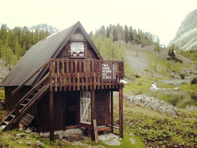 Da haben wir geschlafen. Platz für 12 Wanderer war im Winterlager der Triglavskjh-Hütte und wir dennoch nur allein.