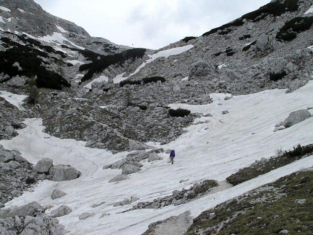 Immer öfter verschwindet der Weg unter den übrig gebliebenen Schneefeldern.
