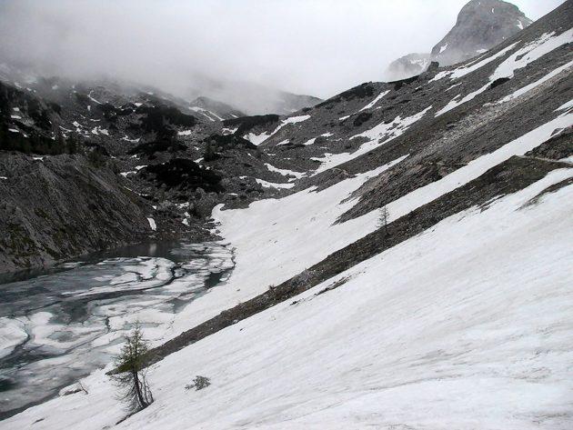 Große Schollen aus Eis schmücken den See.