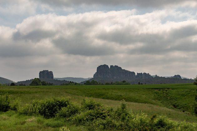 Die zerklüftete Felslandschaft der Schrammsteine von Ostrau aus gesehen