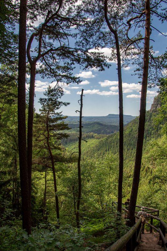 Nicht nur bei Touristen beliebt sind die häufigen Ausblicke ins böhmische Hinterland
