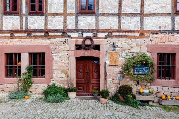 Liebevoll gepflegte Bauernhöfe gehören genauso zum Weg wie regionaler Wein.