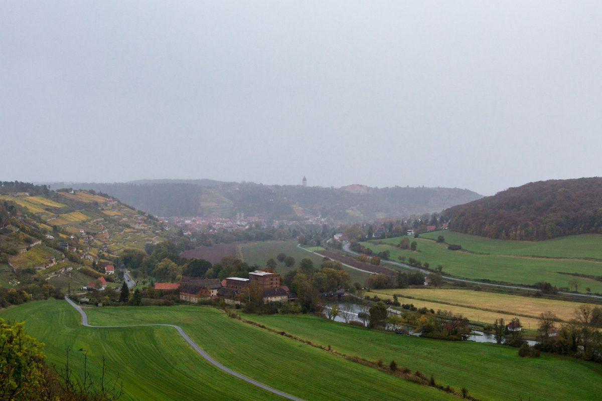 Dank aufziehendem Starkregen lässt sich Zscheiplitzer Weinhang Tagesziel Freyburg mehr erahnen als tatsächlich sehen