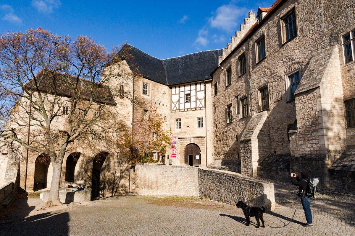 Imposant und gewaltig empfängt den Wanderer der Eingang zum Schloss Neuenburg bei Freyburg