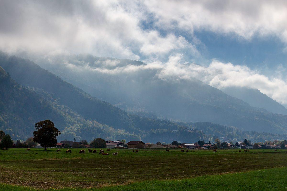 Morgens hängen die Wolken noch in den Bergen fest.