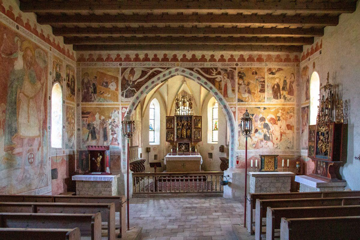 Fresken und Wandmalereien sind zum Teil über 500 Jahre alt und wurden im Zuge der letzten Renovierung wieder zu neuem Leben erweckt.