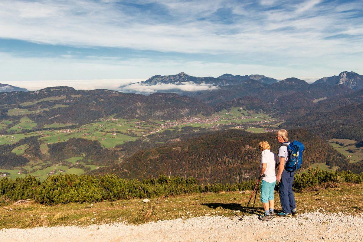 Während die Chiemgauer Alpen unter Wolken versteckt sind brennt im Kaiserwinkl die Sonne auf der Haut.