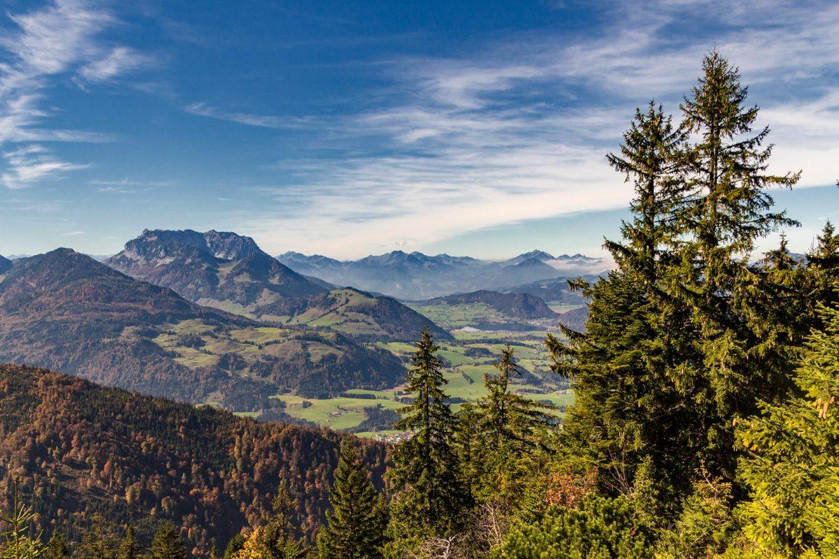 Rumms! Da ragen sie auf. Befinden sich die Ortschaften im Tal noch auf gut 600 Meter Höhe, türmen sich die Berge bis zu 2.500 Meter in den Himmel.