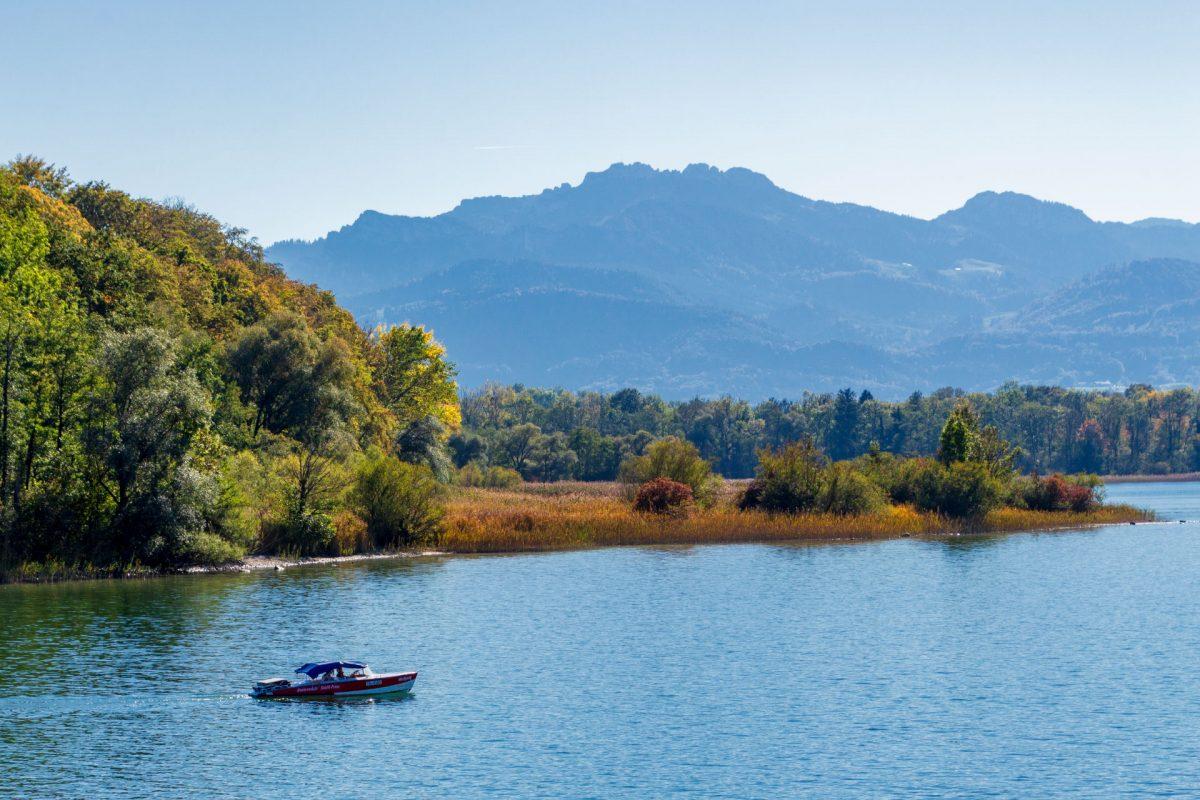 Es gibt nichts schöneres, als gemütlich über den Chiemsee zu schippern. Vorausgesetzt man kann sich die Liegegebühren fürs Boot überhaupt leisten.