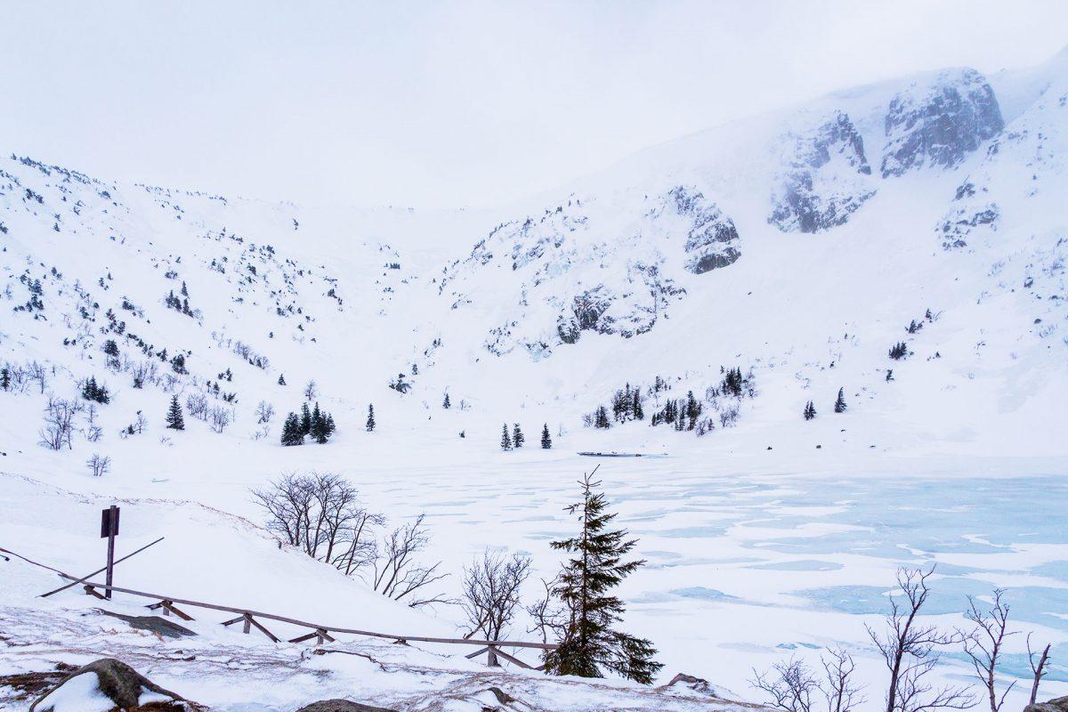 Nur etwas über sieben Meter tief ist der See an der kleinen Teichbaude meiste den ganzen Winter über zugefroren