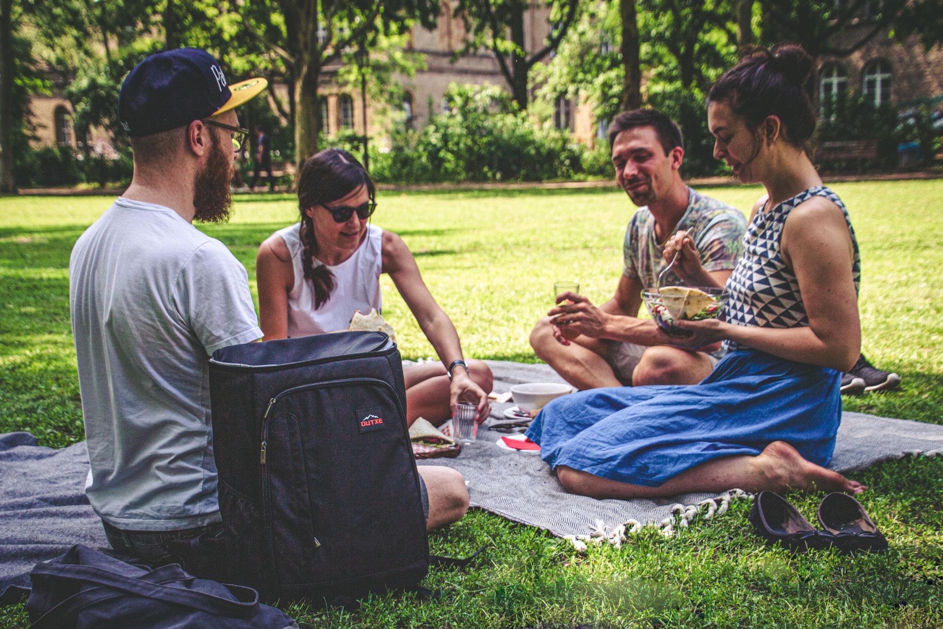Kalte Getränke beim Sommer-Picknick dank zusätzlicher Isolation des Rucksacks