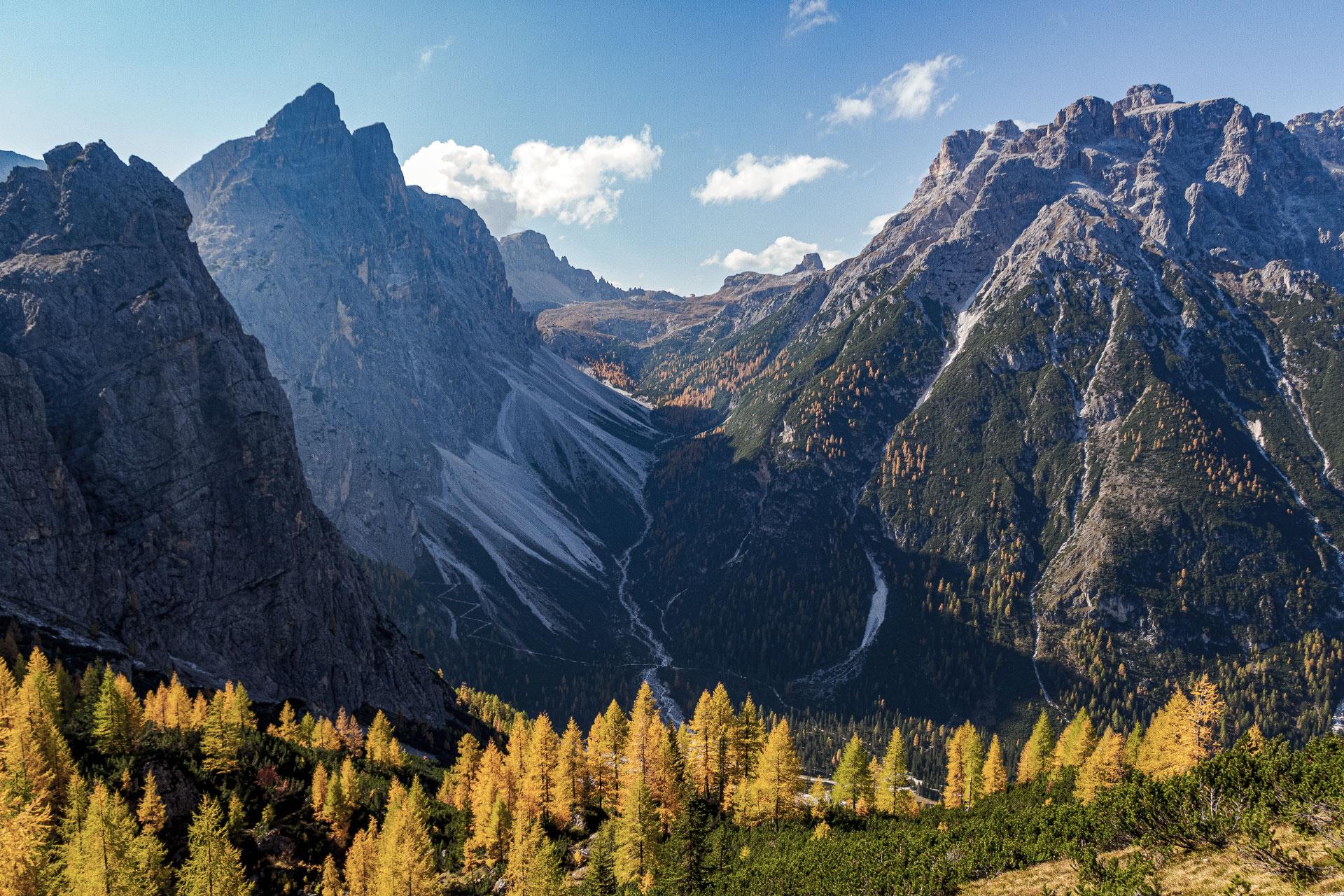 Von der Drei-Zinnen-Hütte am Pass bis hinunter ins Fischleintal erfasst der Blick knapp 1.000 Höhenmeter
