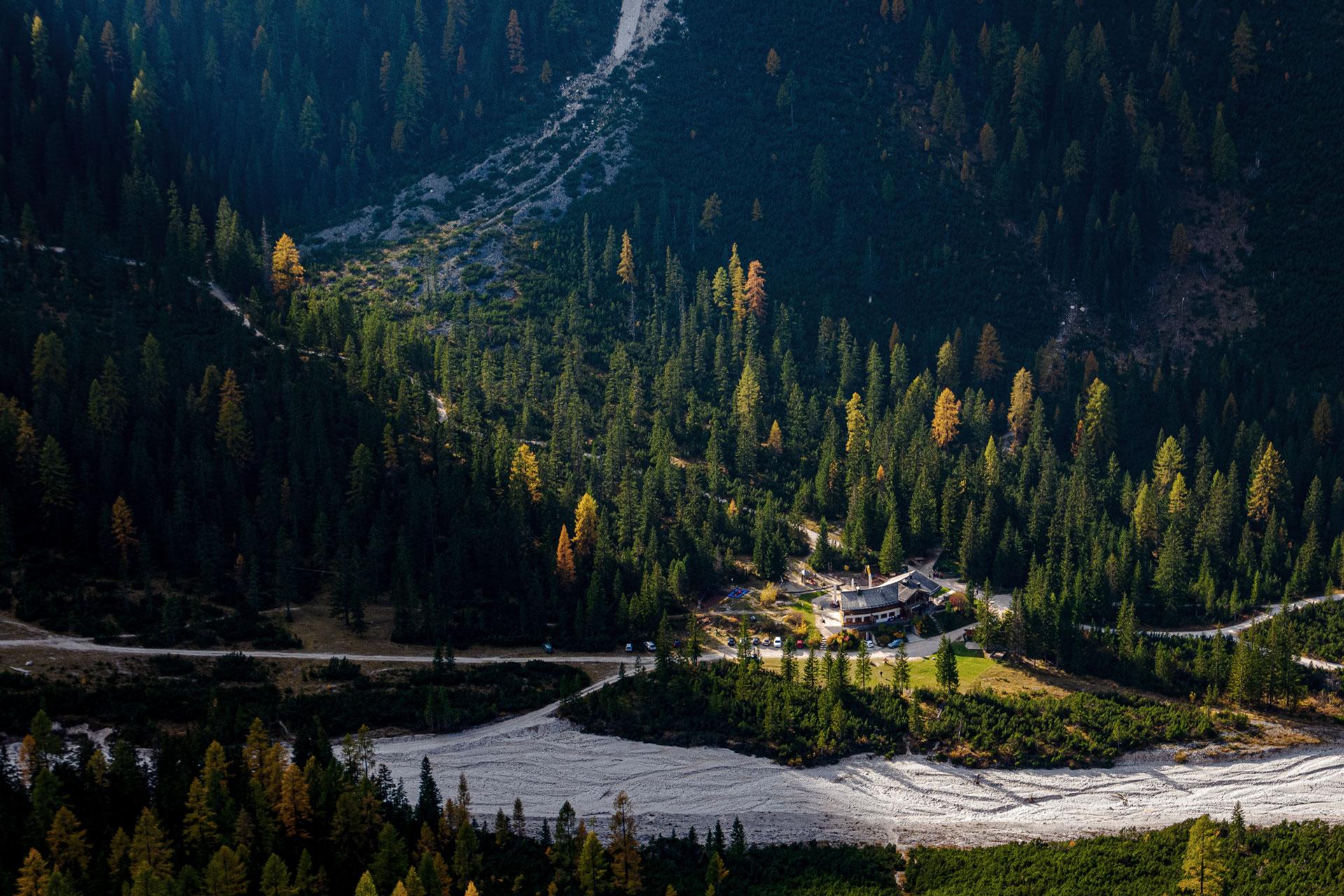 Am Fischleinbach ruht die Talschlusshütte und markiert gleichzeitig den Endpunkt des Tals. Wer hier weiter will muss in die Berge.