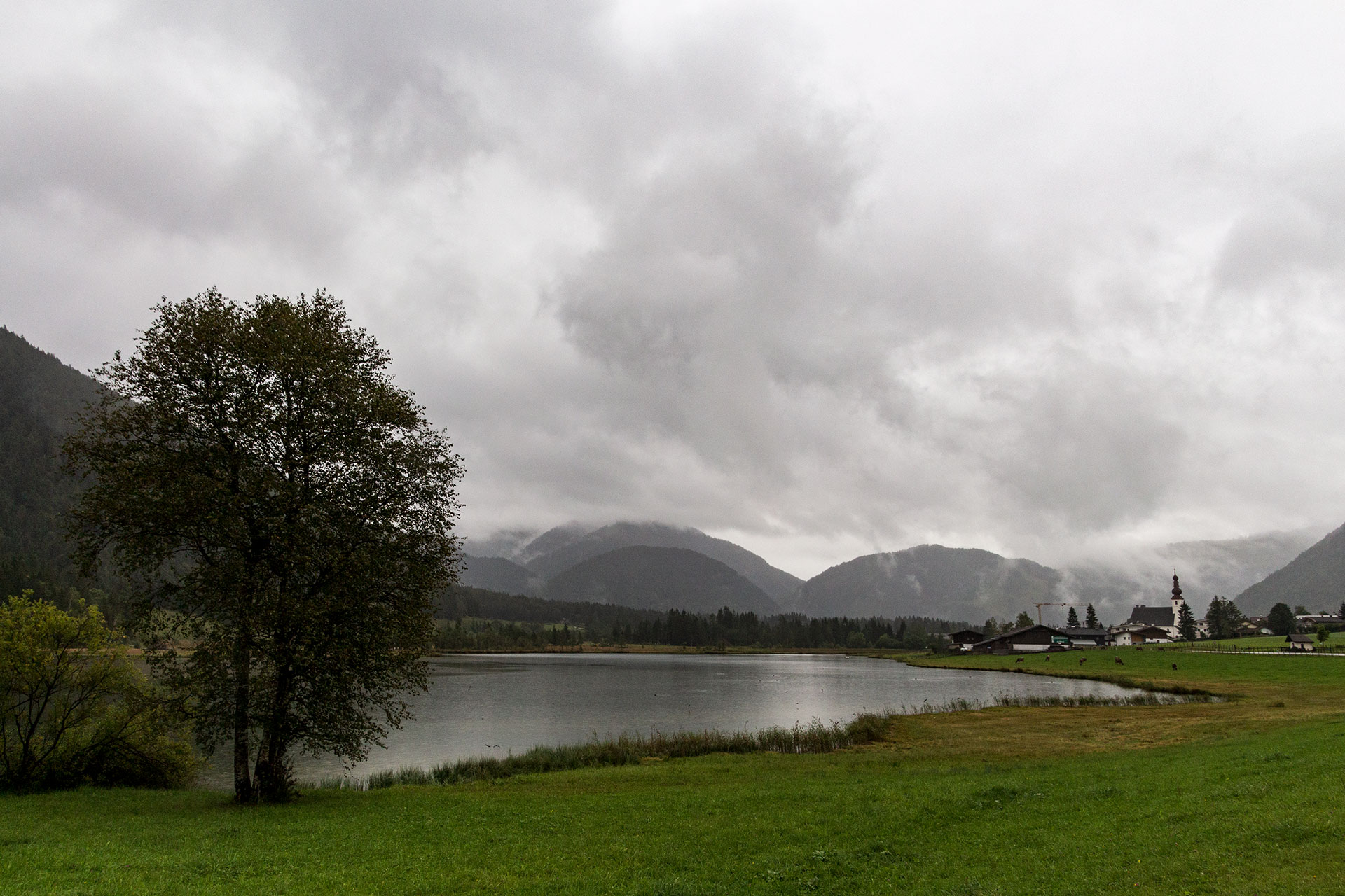 Noch ziehen dunkle Wolken über den Pillersee