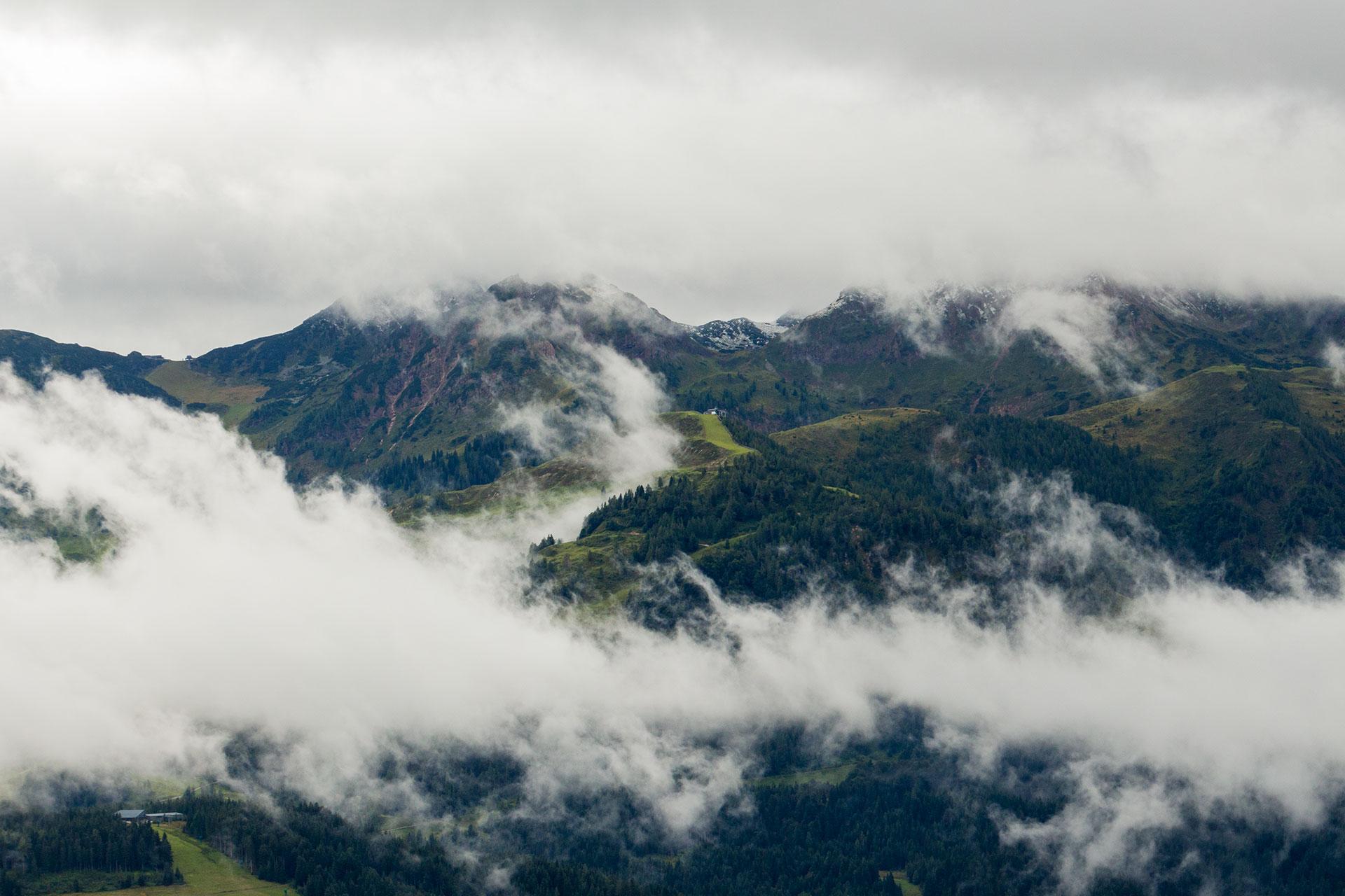 Versteckt hinter Wolken und oberhalb 1.800 Meter gab es schon den ersten Schnee