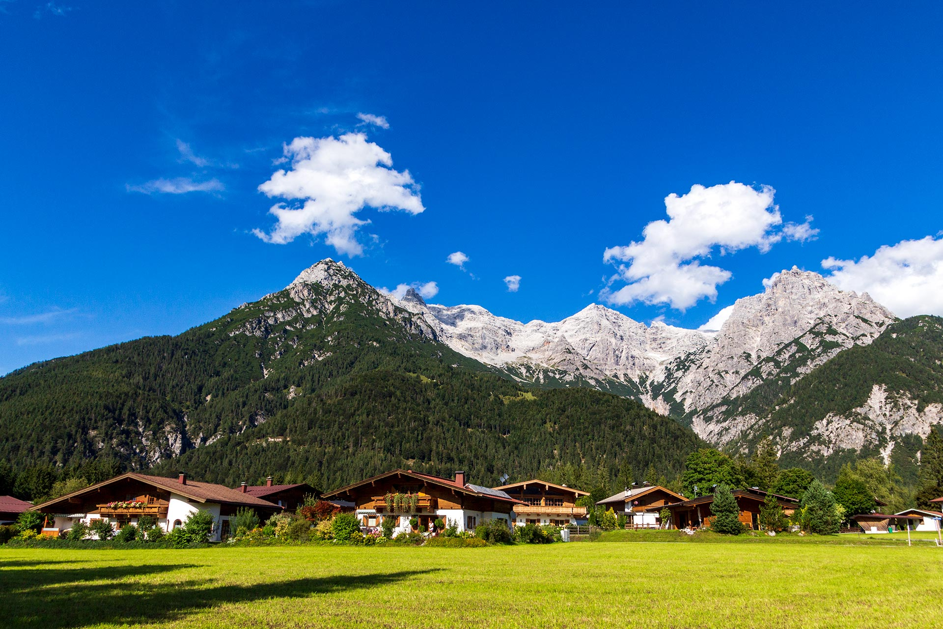 Idyllisch liegen die Orte im Pillersee-Tal zu Füßen hoher Berge