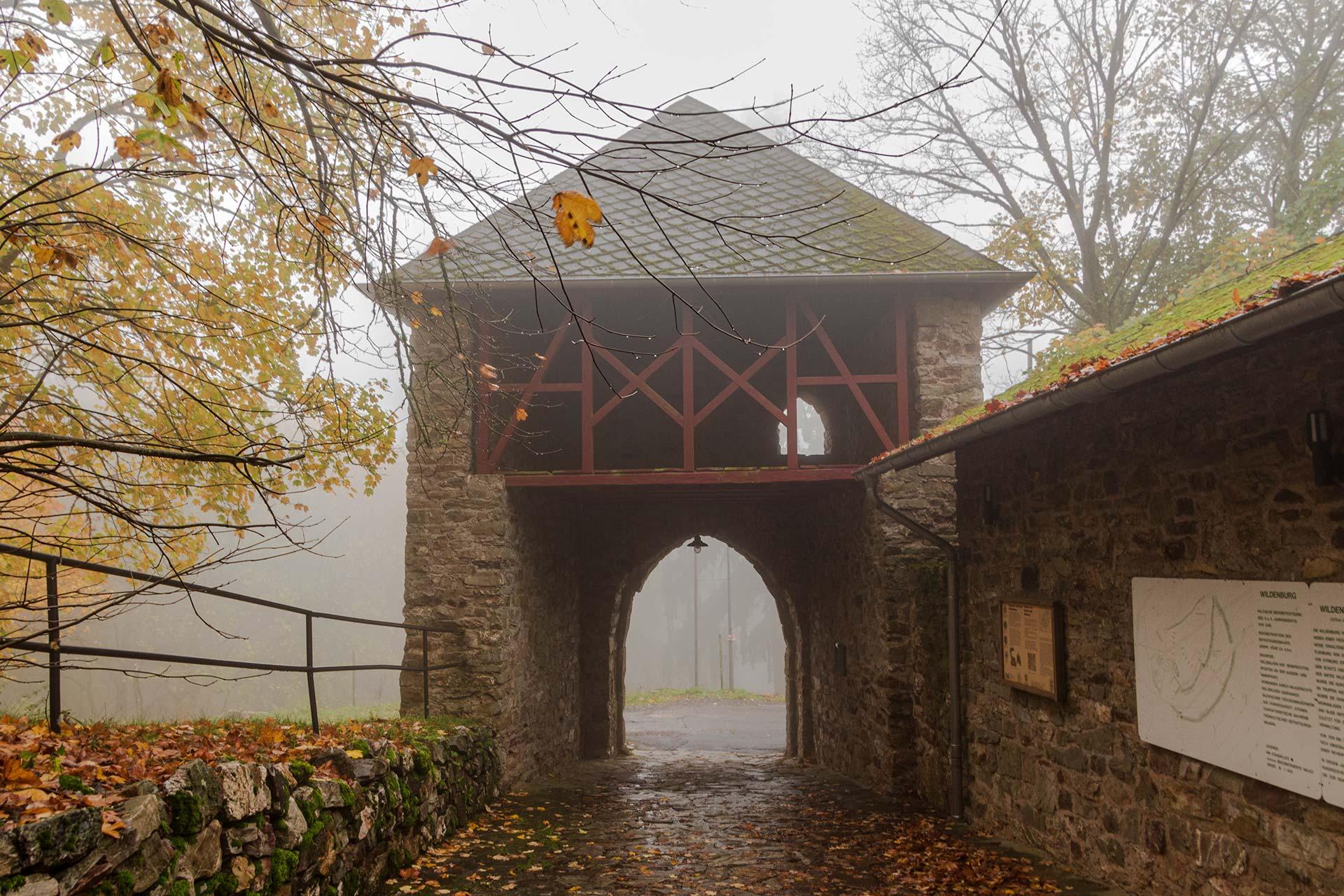 Das Tor zur Wildenburg –  einladend mittelalterlich