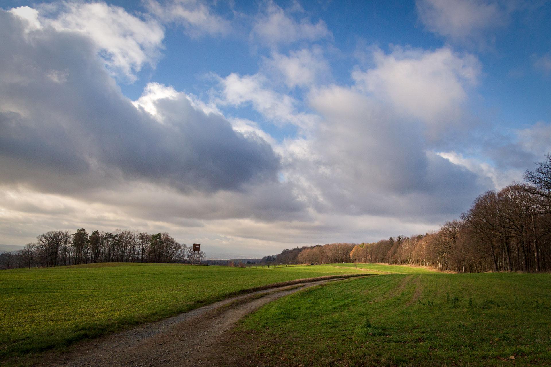 Eine Pause am Koordinatenstein auf dem Malerweg Sächsische Schweiz oberhalb des Liebethaler Grund