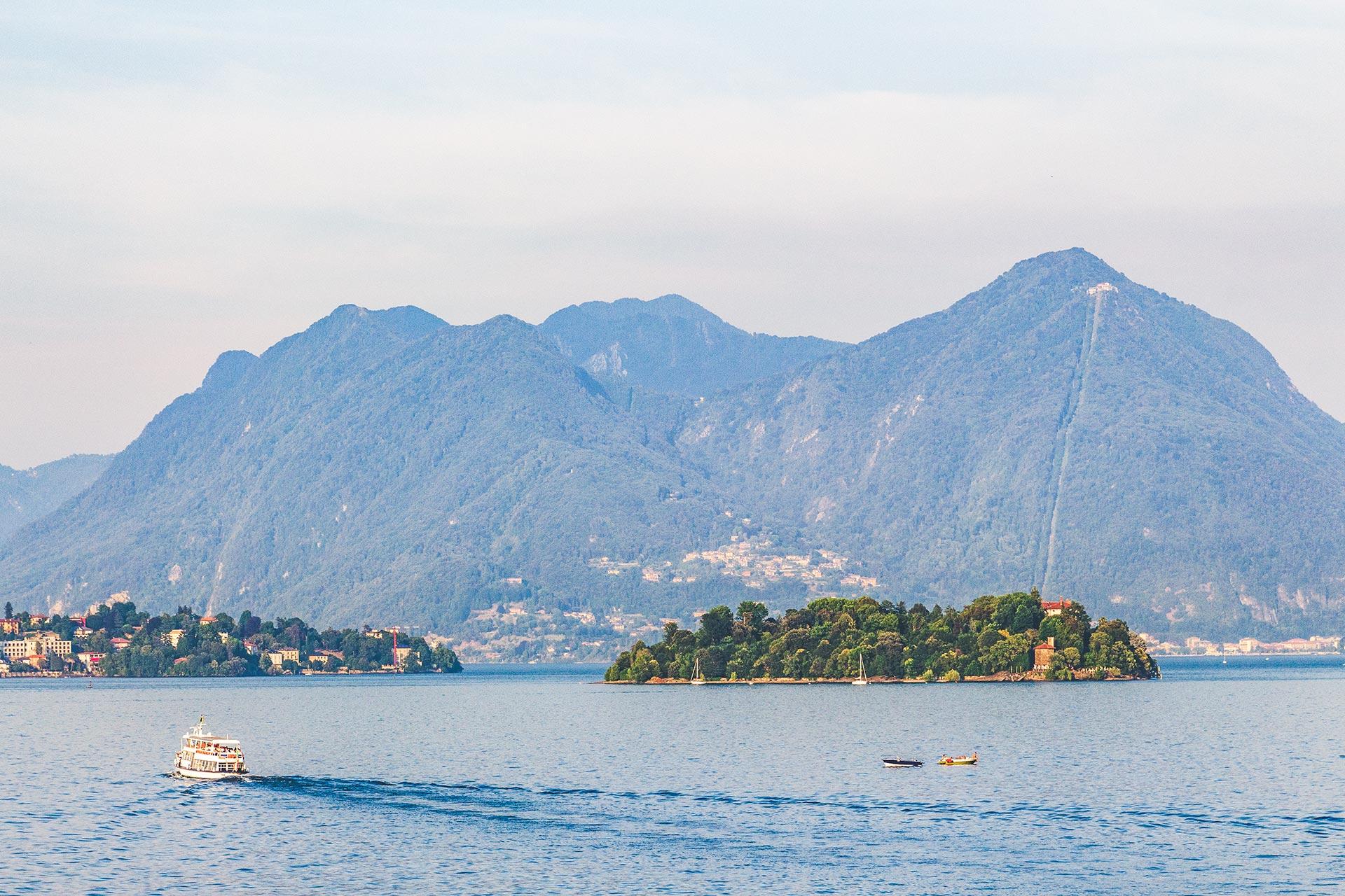 Mit dem Wassertaxi von Insel zu Insel über den borromäischen Golf im Lago Maggiore