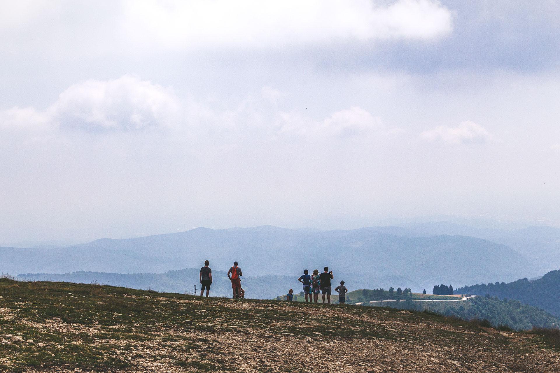 Auch bei diesiger Sicht einen Ausflug wert: auf dem Gipfel des Mt. Mottarone.